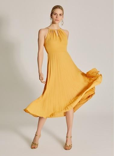 NGSTYLE Zincir Askılı Piliseli Elbise Hardal